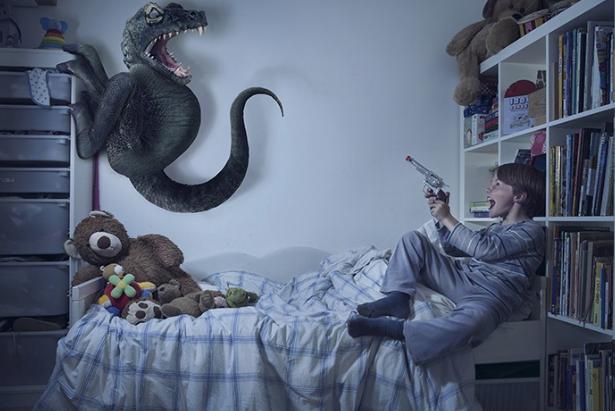 Los niños luchan contra los monstruos debajo de sus camas